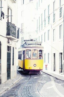 Bild gelb alten Straßenbahn auf den Straßen von Lissabon, Portugal