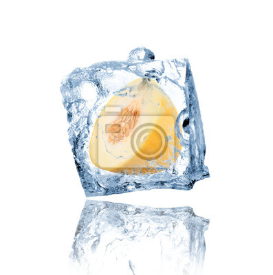 Gelbe Melone in Eiswürfel eingefroren