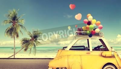 Bild Gelbes Auto der Weinlese mit buntem Ballon des Herzens auf blauem Himmel des Strandes - Konzept der Liebe im Sommer und in der Hochzeit. Flitterwochen