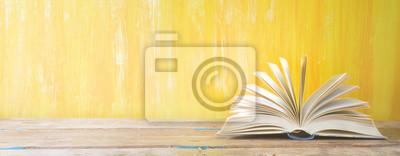 Bild Geöffnetes Buch auf orange grungy Hintergrund, Panorama, gute Kopie Raum