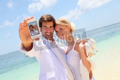 gerade verheiratetes paar die foto von sich selbst gem lde f r die wand bilder paradiesischen. Black Bedroom Furniture Sets. Home Design Ideas