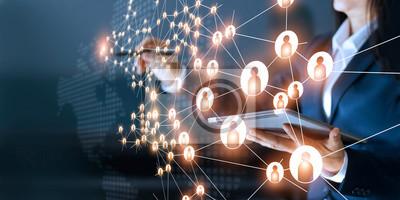 Bild Geschäftsfrau, die globale Strukturvernetzung und Datenaustausch zeichnet, verbinden Verbindung auf dunklem Hintergrund