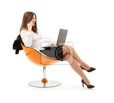 Geschäftsfrau in Stuhl mit Laptop und Handy