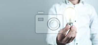 Bild Geschäftsmann, der Glühlampe hält. Konzept der neuen Idee