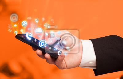 Bild Geschäftsmann, der intelligentes Telefon mit Media icons