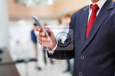 Geschäftsmann verwenden Smartphone im Büro