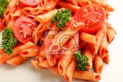 Bild Geschmackvolle Teigwaren mit Tomatensauce auf Platte, Nahaufnahme
