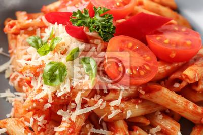 Bild Geschmackvolle Teigwaren mit Tomatensauce und Käse, Nahaufnahme