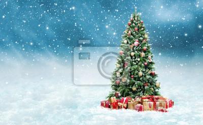 Tannenbaum Mit Schneefall.Bild Geschmückter Christbaum Mit Geschenken Im Schnee