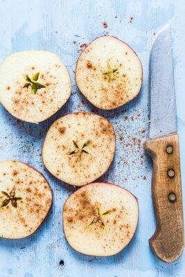 Bild Geschnitten frischen Bio-Apfel mit Zimt auf dem Tisch