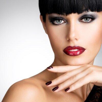 Bild Gesicht einer Frau mit schönen dunklen Nägel und sexy roten Lippen