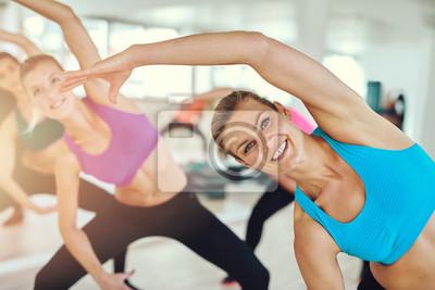 Gesund und fit Frau in einer Fitness-Klasse