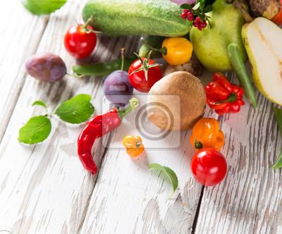 Bild Gesunde Bio-Gemüse auf Holztisch