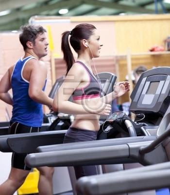 Gesunde Paar Laufen auf einem Laufband in einem Sportzentrum