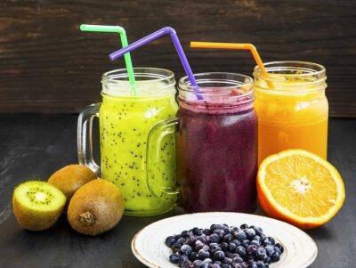 Bild Gesunde Säfte Getränke mit Kiwi, Heidelbeeren und Orange