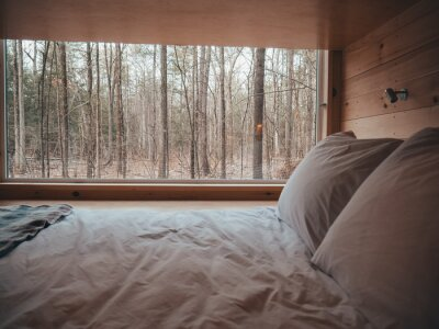 Bild getaway tiny home cabin bedroom in the morning camping in the woods
