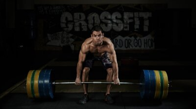 Bild Gewichtheben. Sport. Ausdauer. Muskellose shirtless athlet heben schwere barbell in der Turnhalle.