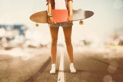 Bild Girl holds Longboard