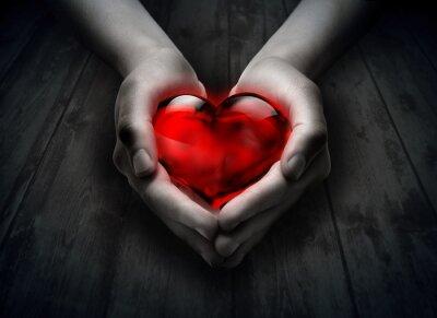 Glas Herz im Herzen der Hand - Holz Hintergrund