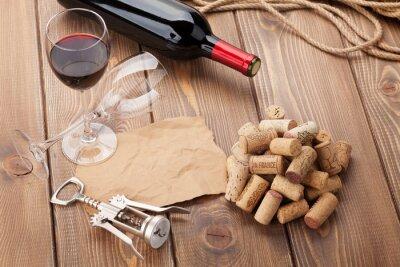 Bild Glas Rotwein, Flasche und Korkenzieher auf rustikalen Holztisch