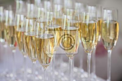 Gläser Champagner auf dem Tisch. Gläser Champagner.