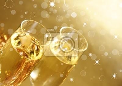 Gläser Champagner auf goldenem Hintergrund
