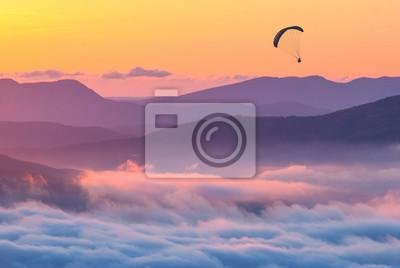 Gleitschirm über den Sonnenuntergang in einer Krim-Berge