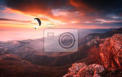 Gleitschirmschattenbild angesichts eines majestätischen Sonnenaufgangs