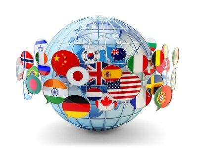 Bild Globale Kommunikation, internationale Messaging und Übersetzungskonzept, Blasen Rede mit Nationalflaggen der Welt Ländern auf blauen Erde Globus isoliert auf weißem Hintergrund
