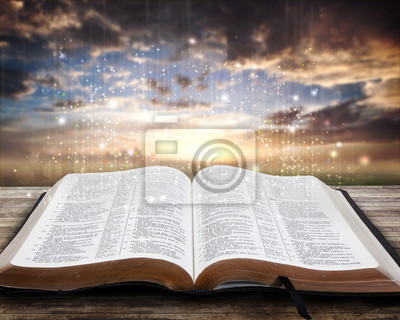 Glowing Bibel bei Sonnenuntergang