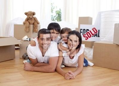 Glückliche Familie nach neues Haus zu kaufen