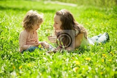 Glückliche Familie spielen
