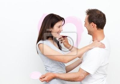 Glückliche Frau umarmt ihren Freund nach Zeichnung ein Herz