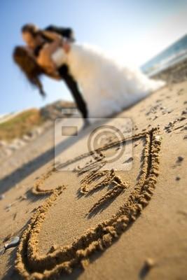glückliche Hochzeitspaare liegt direkt am Meer küsst