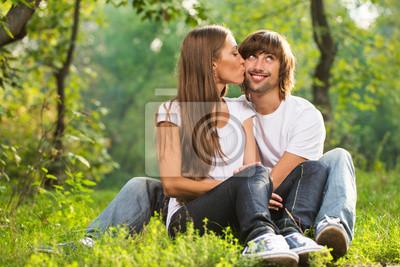 glückliche junge Paar küssen im Freien