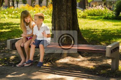 Bild Glücklicher kleiner Junge und kleines Mädchen, die im Park