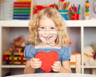 Glückliches Kind mit Papier Herz