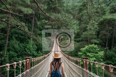 Bild Glückliches Konzept der Reisefrau im Urlaub. Lustiger Reisender genießt ihre Reise und bereit zum Abenteuer