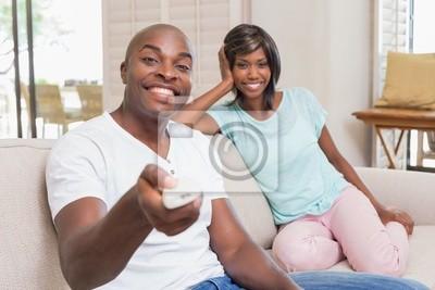 Gluckliches Paar Entspannt Auf Der Couch Vor Dem Fernseher