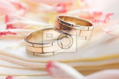 Bild goldene Ringe und Rosenblättern