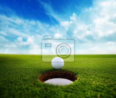 Golf Ball in der Nähe Loch