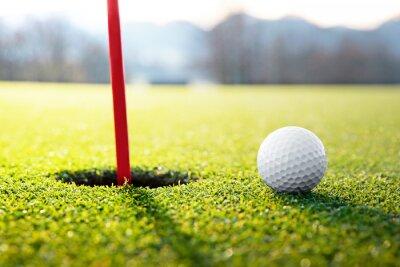 Bild golf ball near the hole