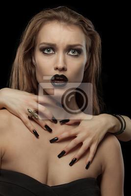 Gothic Frau mit den Händen am Hals