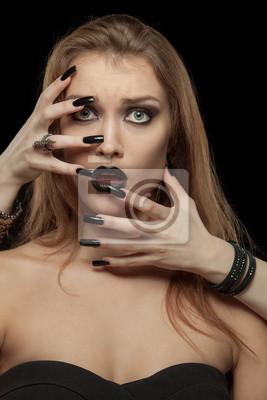 Gothic Frau mit den Händen von Vampir auf ihrem Gesicht. Halloween