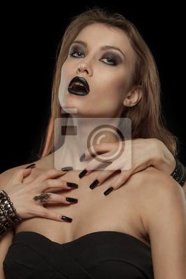 Gothic Frau mit den Händen von Vampir auf ihrem Körper