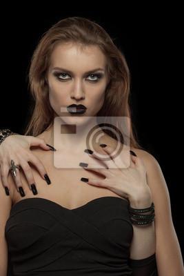 Gothic Frau mit den Händen von Vampir auf ihrem Körper. Halloween