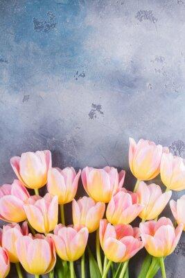 Bild Grenze der rosa und gelben Tulpen auf grauem Stein Hintergrund mit Kopie Raum