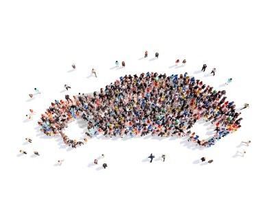 Bild Große Gruppe von Menschen in Form eines Autos. Getrennter, weißer Hintergrund.