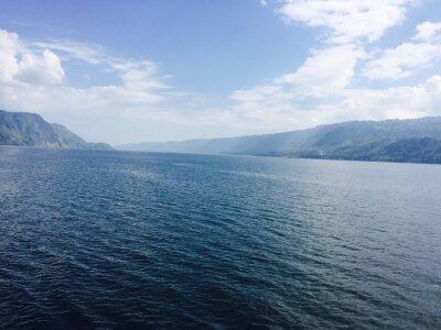 Bild Großer See mit Bergen und blauen Himmel