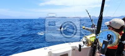 Bild Großes Angeln. Gefangen ein Marlin springen in der Nähe des Bootes.